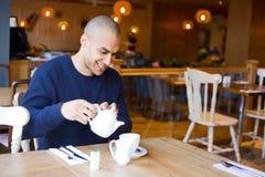 Apprécier une cuvette de thé photos libres de droits