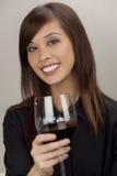 Apprécier une glace de vin rouge Images stock