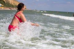 Apprécier une immersion dans les vagues de mer Photographie stock