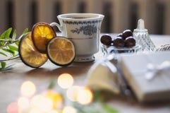 Apprécier une tasse de café tout en enveloppant des cadeaux Image stock