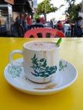 apprécier une tasse de thé chaud de lait pour mon petit déjeuner en dehors du restaurant image stock