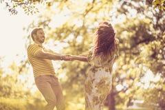 Appréciez à la nature Couples heureux au printemps images stock