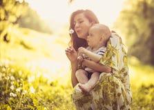 Appréciez au printemps Chéri mignonne avec la mère photos stock