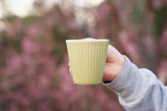 Appréciez avec du café chaud de boissons pendant le matin au café extérieur image libre de droits
