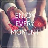 Appréciez chaque moment au-dessus des mains avec beaucoup de couleurs image libre de droits