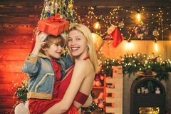 Appréciez chaque moment avec son fils Passez les vacances ensemble Amour de famille Le fils de mère et de bébé célèbrent Noël à l photo libre de droits