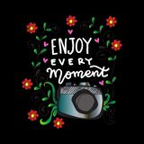 Appréciez chaque moment dans votre lettrage de main de la vie avec la caméra illustration libre de droits