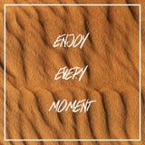 Appréciez chaque moment sur les dunes de sable blanches photo stock