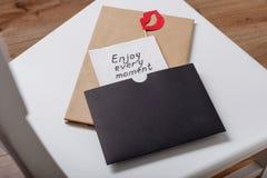 Appréciez chaque moment - une inscription manuscrite sur une serviette photographie stock