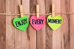 Appréciez chaque note en forme de coeur de moment photographie stock libre de droits