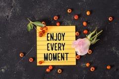 Appréciez chaque texte de moment dans la note image stock