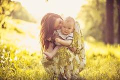Appréciez dans l'amour entre moi et mon bébé garçon Jeune mère image libre de droits
