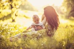 Appréciez dans l'amour entre moi et mon bébé garçon Jeune mère photo stock