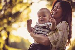 Appréciez dans la maternité Mère de Moyen Âge avec son bébé garçon photographie stock libre de droits