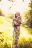 Appréciez dans la maternité Mère de Moyen Âge avec son bébé garçon images stock
