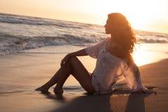 Appréciez dans le soleil et l'eau images libres de droits