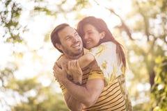 Appréciez dans votre vie Couples à la nature Vue au château de patrimoine mondial de Cesky Krumlov photo libre de droits