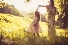 Appréciez en nature Mère et sa petite fille photo libre de droits