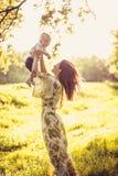 Appréciez en nature Mère et son bébé photographie stock