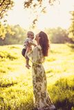 Appréciez en nature Mère et son bébé image stock
