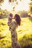 Appréciez en nature Mère et son bébé photo stock