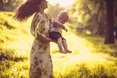 Appréciez en nature Mère et son bébé image libre de droits