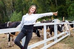 Appréciez l'été passé de jour après travail dans la ferme de lait Tir extérieur Photographie stock