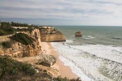 Appréciez la belle plage sablonneuse sur le littoral atlantique sauvage avec des falaises images stock