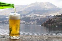 Appréciez la bière avec le paysage de montagne près du lac Ashi Hakone, Japon photo stock