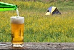 Appréciez la bière dans le camp extérieur photos libres de droits