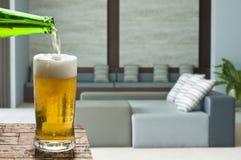Appréciez la bière dans le salon photographie stock libre de droits