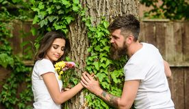 Appréciez la date romantique en parc Couples à l'arrière-plan romantique d'arbre de nature de promenade de date d'amour Sentiment photos stock