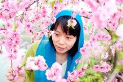 Appréciez la femme de fleur Photos stock