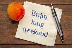 Appréciez la longue note de week-end sur la serviette photo stock