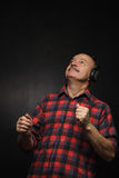 Appréciez la musique dans de grands écouteurs images libres de droits