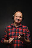 Appréciez la musique dans de grands écouteurs photos libres de droits