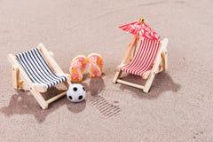 Appréciez la plage dans la chaise de plage image libre de droits