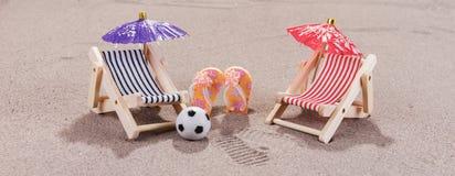 Appréciez la plage dans la chaise de plage photos stock