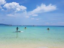 Appréciez la relaxation en mer un temps clair photo libre de droits