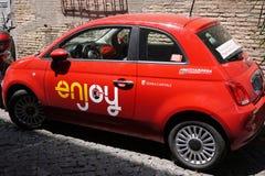 Appréciez la voiture partageant la société Fiat 500 images stock