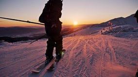 Appréciez la vue intacte de pente de coucher du soleil au ralenti banque de vidéos