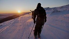 Appréciez la vue intacte de pente de coucher du soleil au ralenti clips vidéos