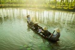 Appréciez le canotage à l'éco-tourisme images libres de droits