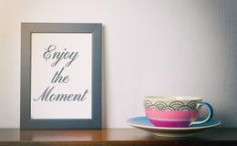 Appréciez le concept de moment avec une tasse de thé Photos libres de droits