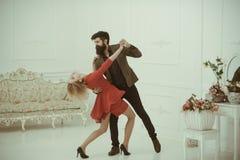 Appréciez le concept Les couples dans l'amour ont plaisir la danse La femme sensuelle et l'homme bel apprécient l'amour Appréciez photo stock