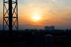 Appréciez le coucher du soleil à l'endroit tropical en Indonésie photographie stock libre de droits