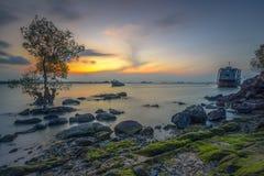 Appréciez le coucher du soleil au bord de la roche image libre de droits