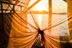 Appréciez le coucher du soleil au-dessus de la mer dans son propre pavillon photographie stock libre de droits