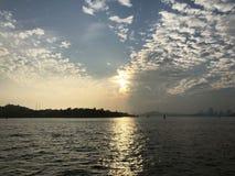 Appr?ciez le coucher du soleil avec vous photo libre de droits