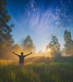 Appréciez le lever de soleil lumineux majestueux photos stock